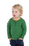Entzückendes blondes Baby mit den Händen in den Taschen Lizenzfreie Stockbilder