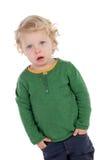 Entzückendes blondes Baby mit den Händen in den Taschen Stockfotografie