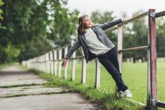 entzückendes blondes Kind, das auf Zaun sitzt Lizenzfreies Stockbild