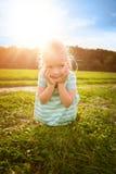 Entzückendes blondes kleines Mädchen mit unverschämtem Lächeln Lizenzfreies Stockbild
