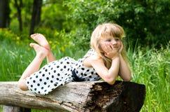 Entzückendes blondes Mädchen in der Wiese Lizenzfreie Stockbilder