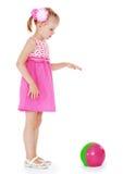 Entzückendes blondes Mädchen im kurzen Sommerkleiderspielen Lizenzfreie Stockfotografie