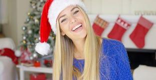 Entzückendes blondes Mädchen im Weihnachtshut in ihrem Haus Lizenzfreie Stockfotografie