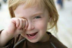 Entzückendes blondes schreiendes Portrait des kleinen Mädchens Stockfoto