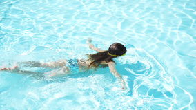 Entzückendes glückliches kleines Mädchen genießen, im Pool zu schwimmen Familiensommerferien, Kind entspannen sich am Pool stock footage