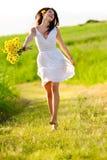 Entzückendes glückliches Sommerfrauenüberspringen Stockfotos
