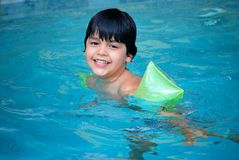 Entzückendes hispanisches Kind im Pool Stockbilder