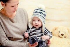 Entzückendes junges Baby in einer Winterausstattung stockbild