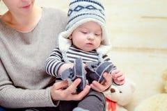 Entzückendes junges Baby in einer Winterausstattung lizenzfreies stockbild