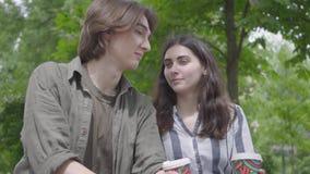 Entzückendes junges glückliches Paar des Porträts in der zufälligen Kleidung Zeit im Park zusammen verbringend, Datum habend Die  stock video footage