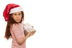 Entzückendes junges Mädchen mit einem Weihnachtsgeschenk stockfoto