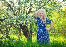 Entzückendes Kind, das in der Natur spielt Nettes kleines Kind, blondes Kleinkindmädchen, das in blühendem Kirschgarten auf schön Lizenzfreies Stockfoto