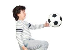 Entzückendes Kind, das mit einer Fußballkugel spielt Lizenzfreie Stockbilder