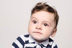 Entzückendes Kind, das netten Nachahmer macht stockfoto