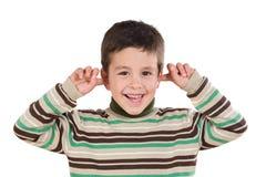 Entzückendes Kind, das seine Ohren zustöpselt Lizenzfreie Stockfotografie