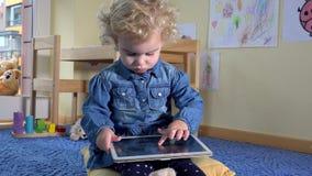 Entzückendes Kind, das Tablet-Computer in seinem Raum verwendet stock video