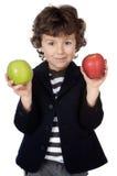 Entzückendes Kind mit zwei Äpfeln in den Händen Stockbild