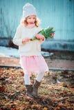 Entzückendes Kindermädchen mit Tulpenblumenstrauß auf dem Weg im Vorfrühling Stockbild