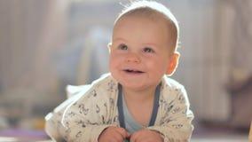 Entzückendes kleines Baby, das auf den Boden kriecht stock video footage