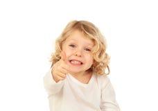 Entzückendes kleines blondes Kind, das o.k. sagt Stockfoto