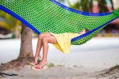 Entzückendes kleines Mädchen auf den tropischen Ferien, die in der Hängematte sich entspannen Stockbild