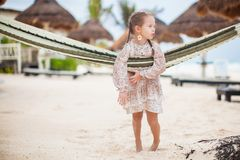 Entzückendes kleines Mädchen auf den tropischen Ferien entspannend Stockbilder