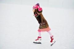 Entzückendes kleines Mädchen auf der Eisbahn Stockfotografie