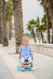 Entzückendes kleines Mädchen auf Sommerferien Stockbild