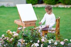 Entzückendes kleines Mädchen, das ein Bild auf malt Lizenzfreie Stockfotos