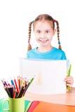 Entzückende Zeichnung des kleinen Mädchens in einem Sketchbook mit farbigen Bleistiften Lizenzfreie Stockfotografie