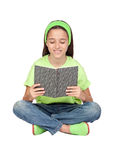 Entzückendes kleines Mädchen, das ein Buch liest Lizenzfreie Stockbilder