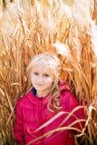 Entzückendes kleines Mädchen, das in einem Rosa lächelt Lizenzfreie Stockbilder