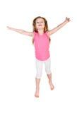 Entzückendes kleines Mädchen, das in einer Luft lokalisiert springt Stockfotografie