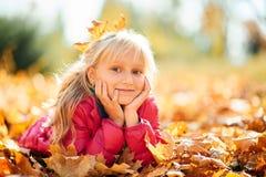 Entzückendes kleines Mädchen, das in einer rosa Jacke lächelt Stockbilder