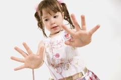 Entzückendes kleines Mädchen, das heraus Hände ausdehnt Stockfoto