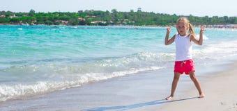 Entzückendes kleines Mädchen, das Spaß während tropischen hat Lizenzfreie Stockfotos
