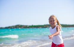 Entzückendes kleines Mädchen, das Spaß während tropischen hat Lizenzfreie Stockfotografie