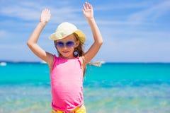 Entzückendes kleines Mädchen an den Strandferien Stockfotos