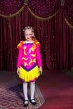 Entzückendes kleines Mädchen in einem rosa und gelben Kostüm Lizenzfreie Stockfotografie