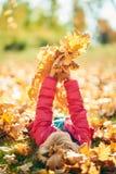 Entzückendes kleines Mädchen in einer rosa Jacke Stockfotos