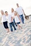 Entzückendes kleines Mädchen führt ihre Familie auf einem Weg Lizenzfreies Stockfoto