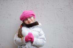 Entzückendes kleines Mädchen im hellen rosafarbenen Hut Lizenzfreies Stockbild