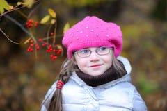 Entzückendes kleines Mädchen im hellen rosafarbenen Hut Lizenzfreies Stockfoto