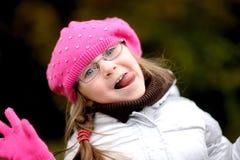 Entzückendes kleines Mädchen im hellen rosafarbenen Hut Stockbilder