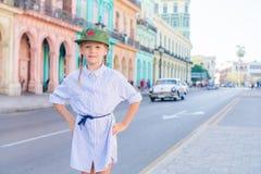 Entzückendes kleines Mädchen im populären Bereich in altem Havana, Kuba Porträt des klassischen amerikanischen Autos der Kinderhi lizenzfreies stockfoto