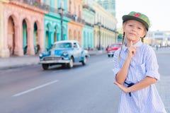 Entzückendes kleines Mädchen im populären Bereich in altem Havana, Kuba Porträt des klassischen amerikanischen Autos der Kinderhi stockfotos