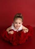 Entzückendes kleines Mädchen im roten pettiskirt Ballettröckchen Stockfoto