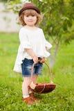Entzückendes kleines Mädchen mit dem Korb voll von stawberry Stockfoto