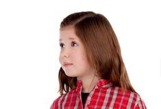 Entzückendes kleines Mädchen mit dem roten karierten Hemd, das Seite betrachtet Lizenzfreies Stockfoto