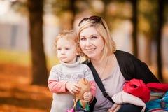 Entzückendes kleines Mädchen mit schöner Mutter lizenzfreie stockbilder